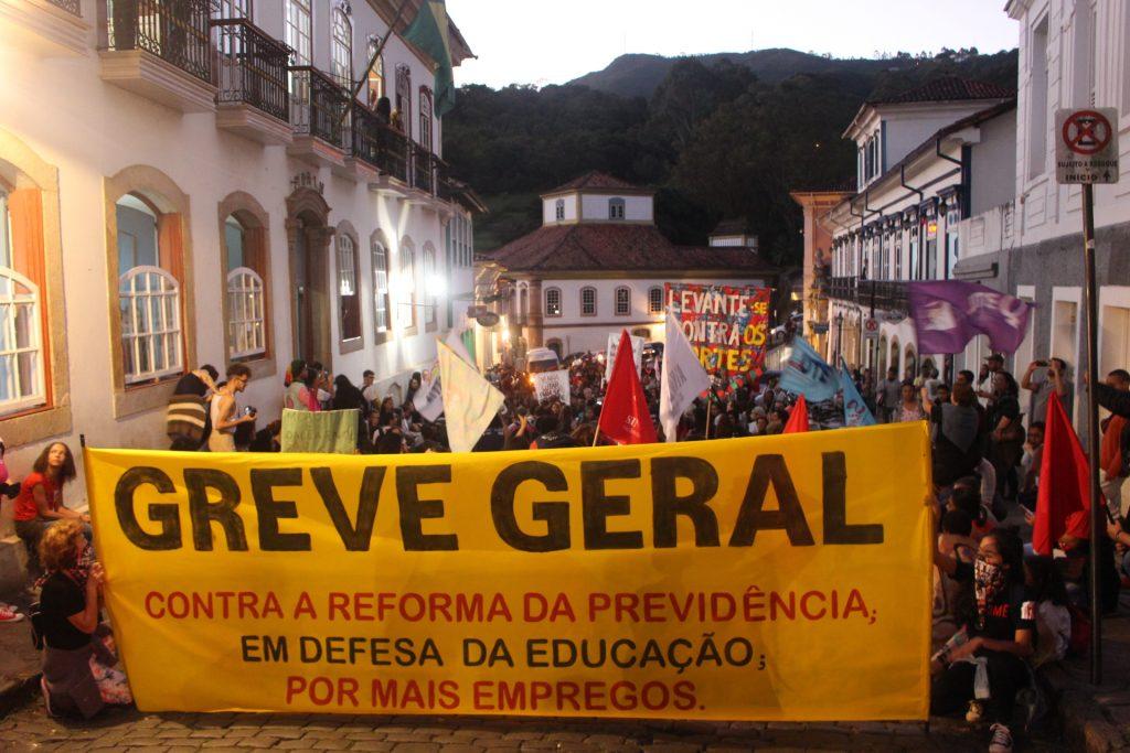 57cbe607d Trabalhadores e estudantes mobilizados protestam contra a retirada de  direitos. (Foto: ASCOM SINASEFE IFMG). A Greve Geral ...